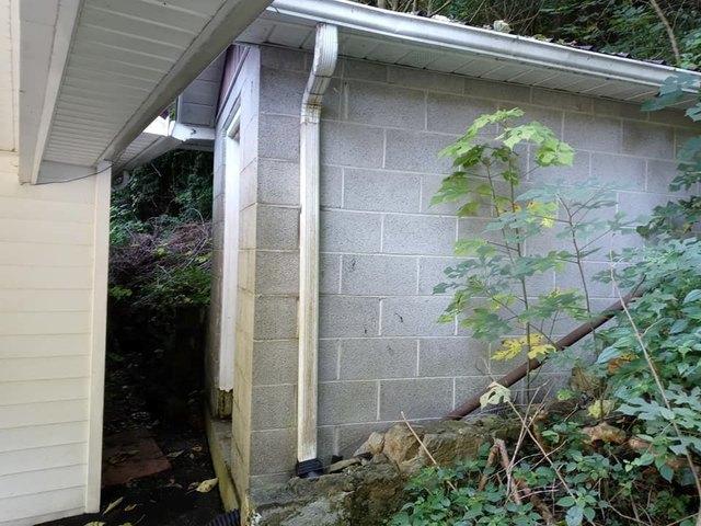 Yard featured at 1097 Glacier St, Grundy, VA 24614