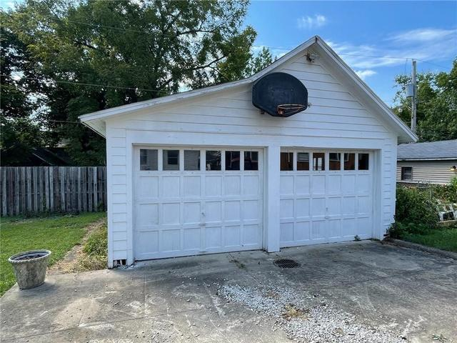 Garage featured at 131 N Taylor Ave, Decatur, IL 62522
