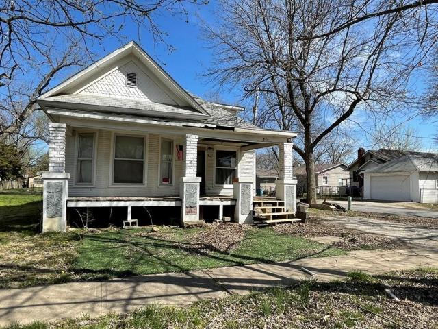 House view featured at 800 W Cottonwood St, Independence, KS 67301