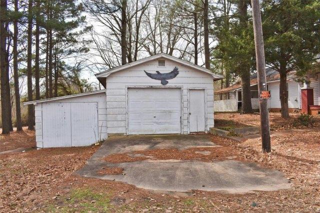 Garage featured at 712 SE 1st St, Antlers, OK 74523