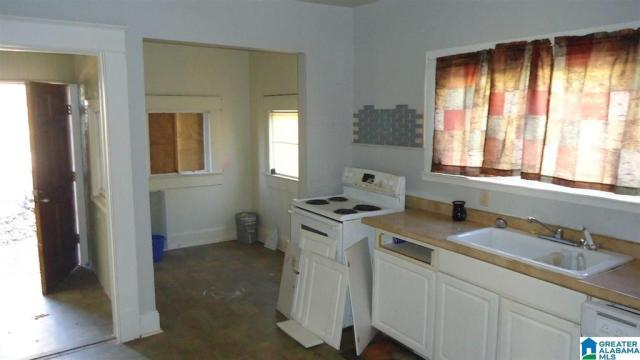 Bathroom featured at 2118 Woodland Ave, Anniston, AL 36207