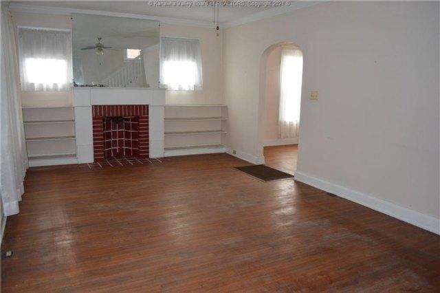Living room featured at 1416 Charleston Ave, Huntington, WV 25701