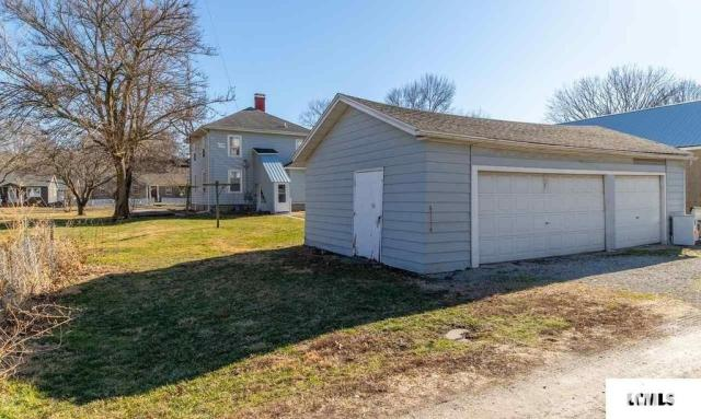 Yard featured at 213 N Bogardus St, Elkhart, IL 62634