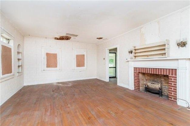 Living room featured at 905 Louisiana Ave, Bogalusa, LA 70427