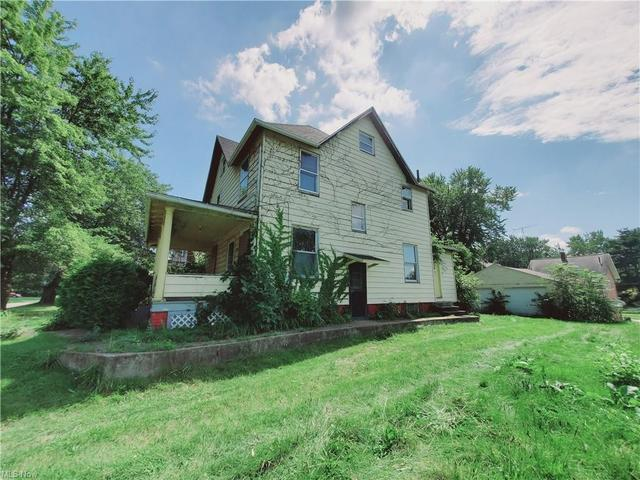 House view featured at 1942 4th St SE, Canton, OH 44707
