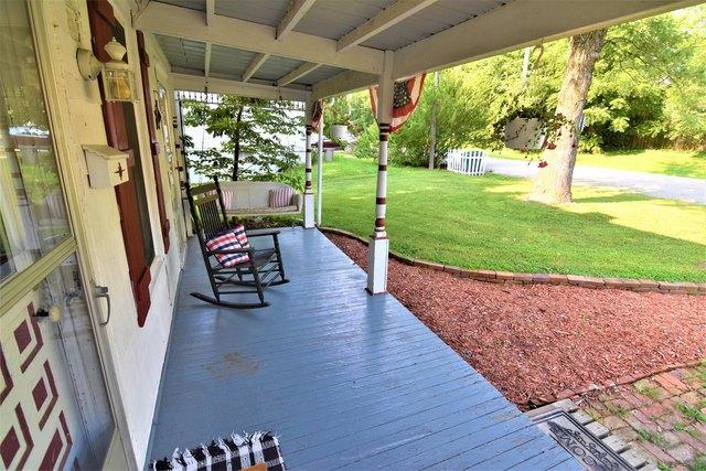 Porch yard featured at 607 N Monroe St, Carrollton, MO 64633