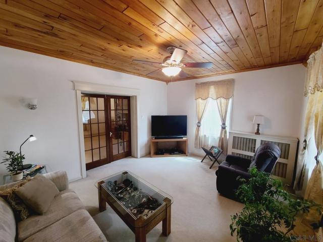 Living room featured at 991 Ash St, Johnstown, PA 15902