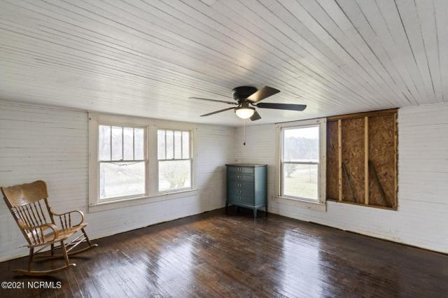 Living room featured at 716 Hallsboro Rd N, Clarkton, NC 28433