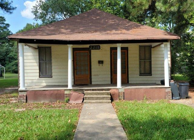 Porch featured at 2218 S Chestnut St, Pine Bluff, AR 71601