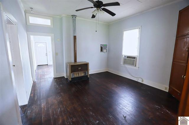 Living room featured at 1315 N 13th St, Paducah, KY 42001