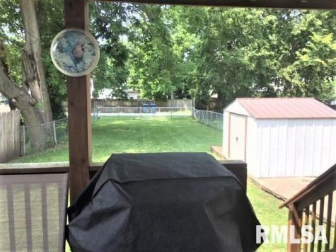 Porch yard featured at 831 N 7th St, Springfield, IL 62702
