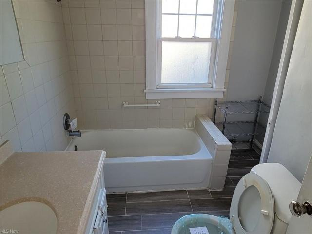 Bathroom featured at 3805 Monticello Blvd, Cleveland Heights, OH 44121