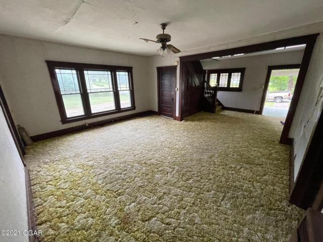 Living room featured at 406 E 9th St, Baxter Springs, KS 66713