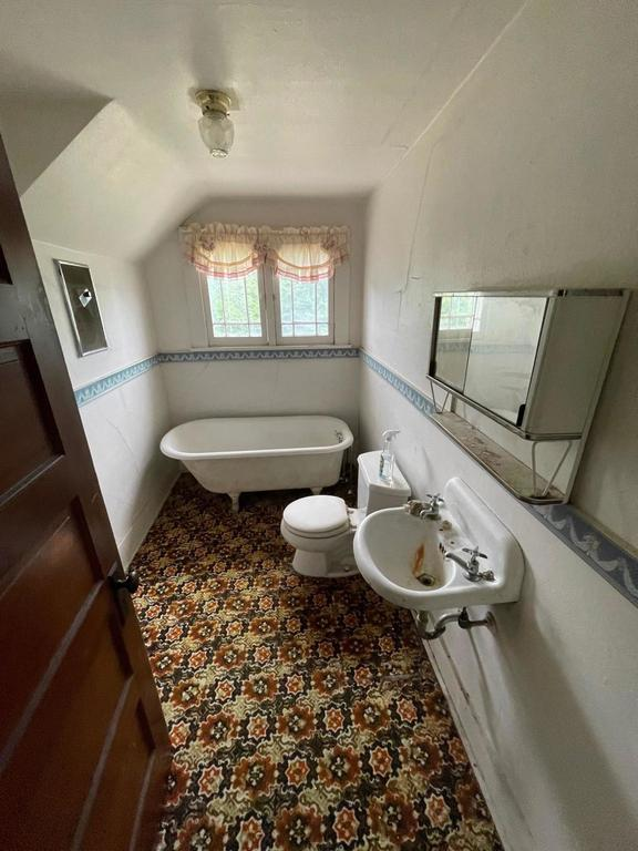 Bathroom featured at 406 E 9th St, Baxter Springs, KS 66713