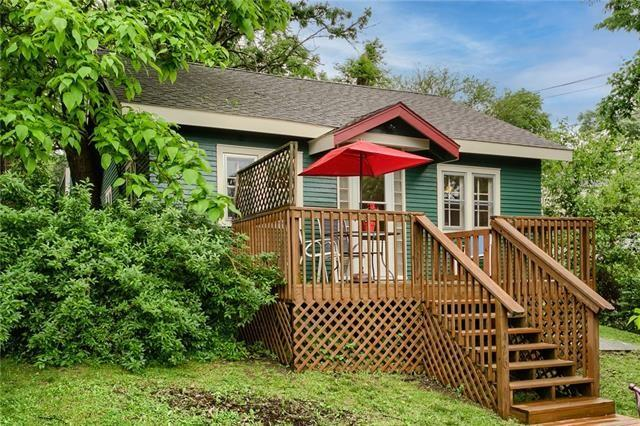Porch yard featured at 426 Dunbar Ave, Excelsior Springs, MO 64024