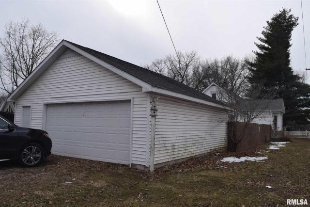 Garage featured at 802 S Cleveland Ave, Springfield, IL 62704