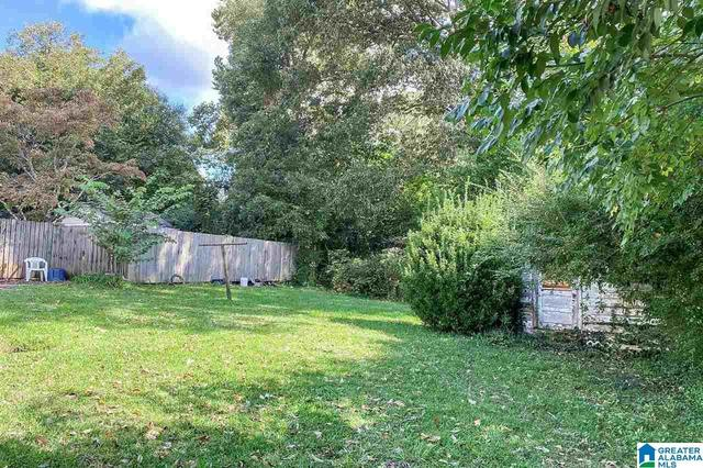 Yard featured at 913 Lockwood Ave, Anniston, AL 36207