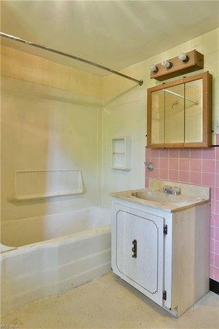 Bathroom featured at 155 Belvedere Ave SE, Warren, OH 44483