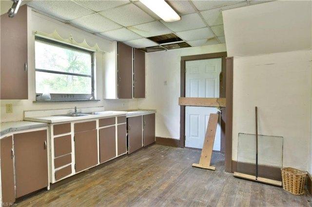 Kitchen featured at 155 Belvedere Ave SE, Warren, OH 44483