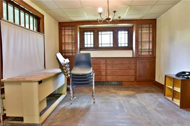 Dining room featured at 155 Belvedere Ave SE, Warren, OH 44483