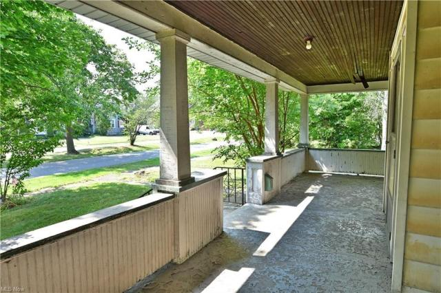 Porch featured at 155 Belvedere Ave SE, Warren, OH 44483