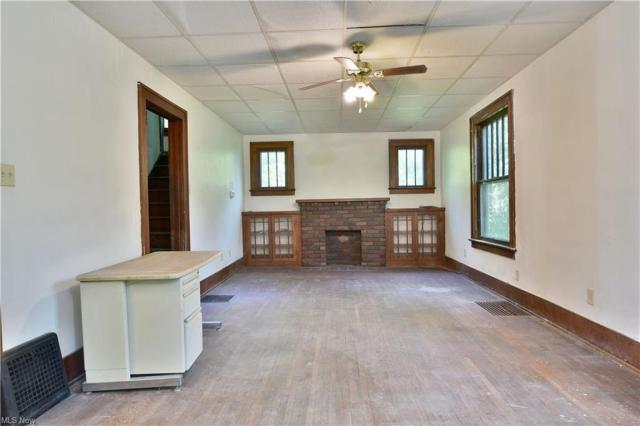 Living room featured at 155 Belvedere Ave SE, Warren, OH 44483