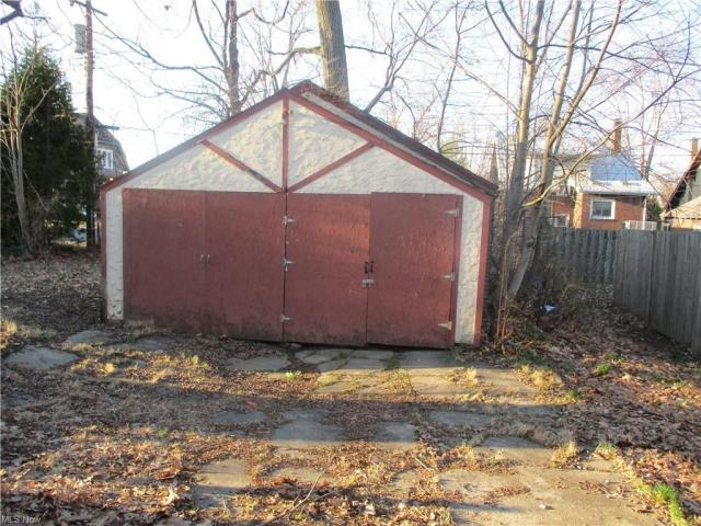 Yard featured at 22 Pinehurst Ave, Youngstown, OH 44512