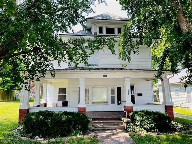 Porch yard featured at 1423 Main St, Trenton, MO 64683