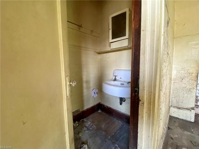 Bathroom featured at 189 Sandusky St, Plymouth, OH 44865