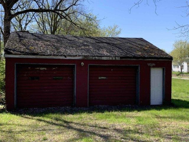 Garage featured at 101 NW G St, Richmond, IN 47374
