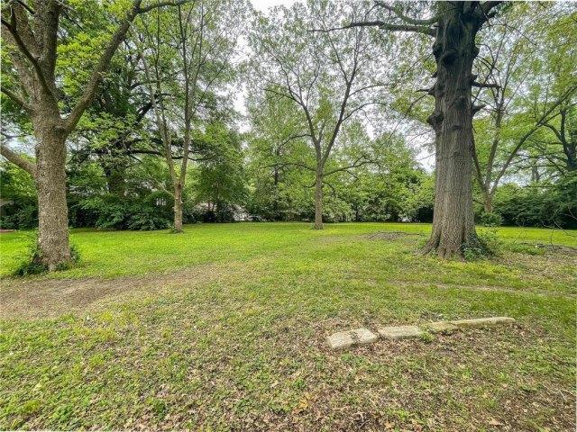 Yard featured at 1418 S Illinois St, Belleville, IL 62220