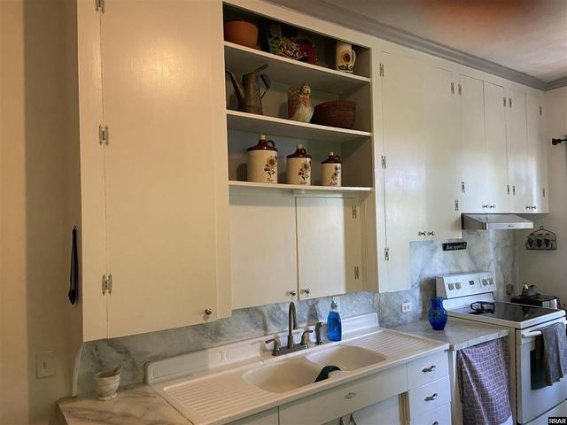 Laundry room featured at 402 E Moulton St, Hickman, KY 42050
