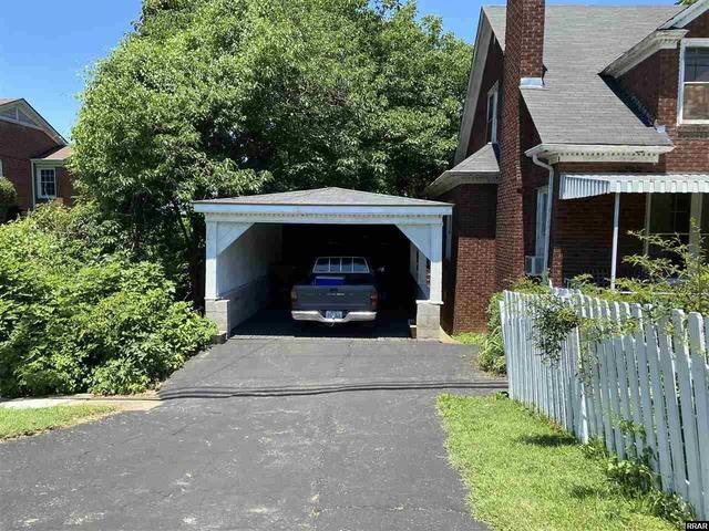 Garage featured at 402 E Moulton St, Hickman, KY 42050