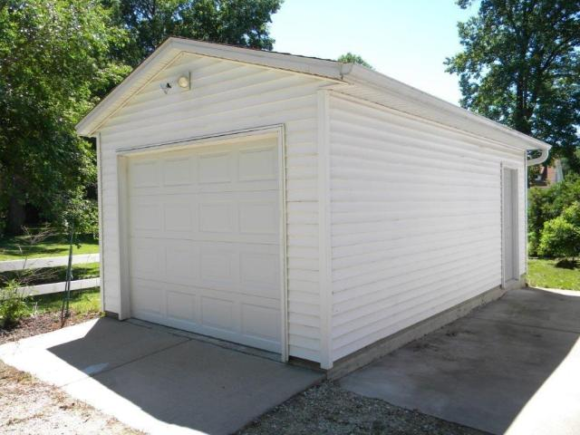 Garage featured at 407 W 9th St, Sterling, IL 61081