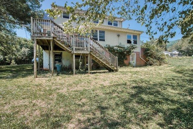 Porch yard featured at 139 Lick Skillet Rd, Saltville, VA 24370