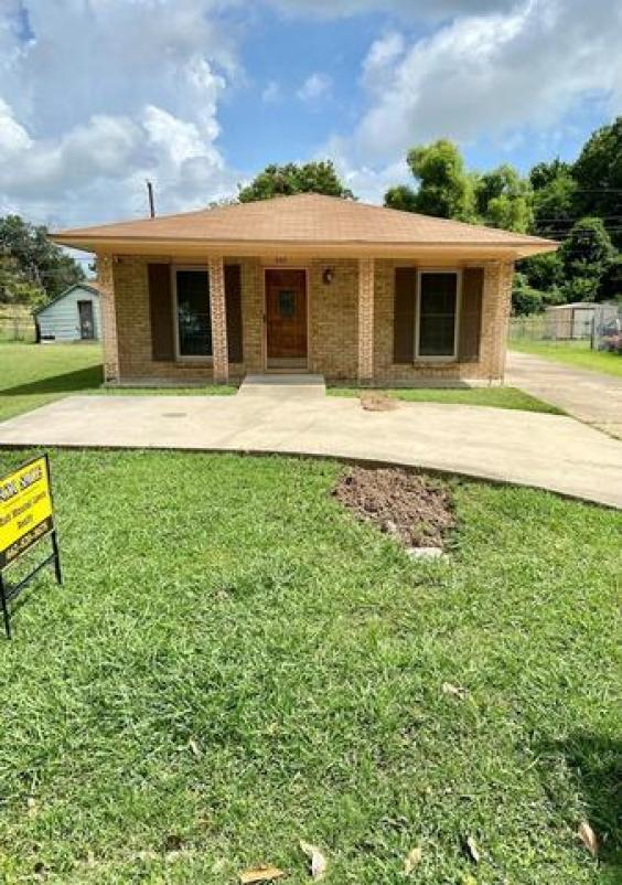 Porch yard featured at 662 W Chatham Dr, Greenville, MS 38701