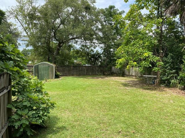 Yard featured at 407 W Central Ave, Fitzgerald, GA 31750