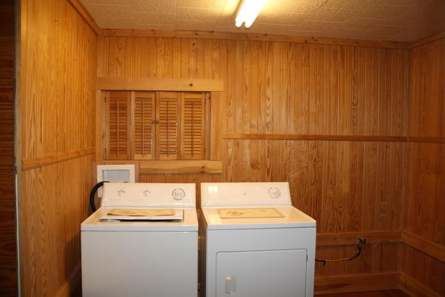 Laundry room featured at 711 Temple St, Hinton, WV 25951