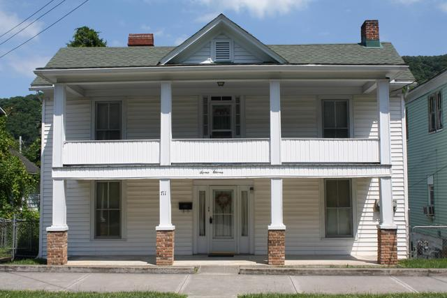 Porch featured at 711 Temple St, Hinton, WV 25951
