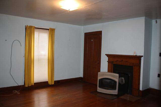 Living room featured at 711 Temple St, Hinton, WV 25951