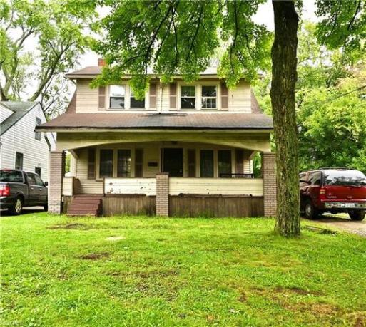 Porch yard featured at 316 E Lucius Ave, Youngstown, OH 44507
