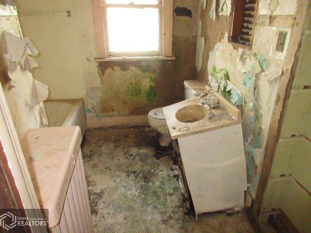Bathroom featured at 1622 Palean St, Keokuk, IA 52632