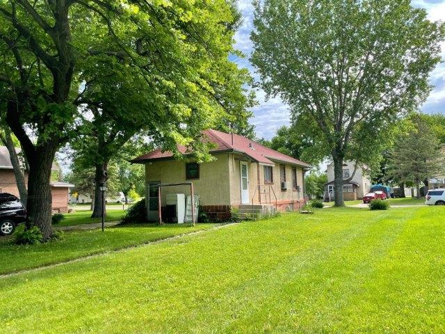 Yard featured at 114 N Washington Ave, Springfield, MN 56087