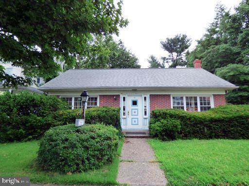 Yard featured at 75 W Main St, Penns Grove, NJ 08069