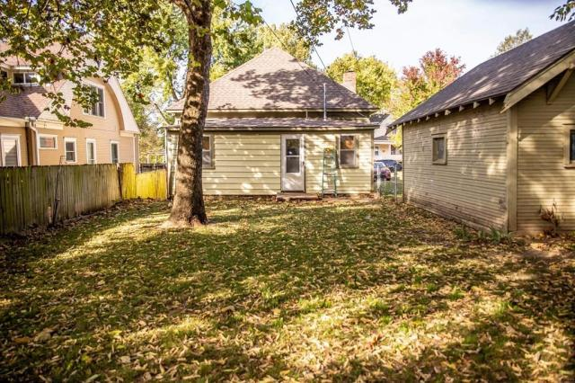 Yard featured at 305 Westminster Pl, Independence, KS 67301