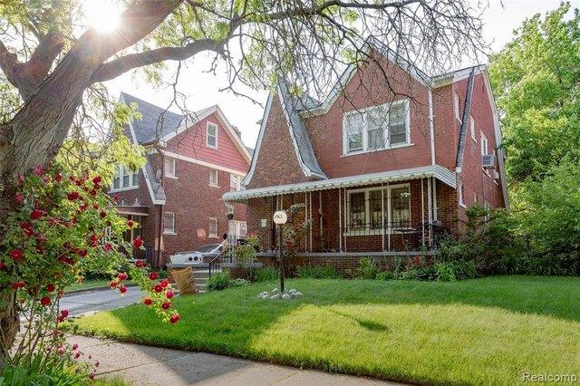 Yard featured at 3010 Fullerton St, Detroit, MI 48238