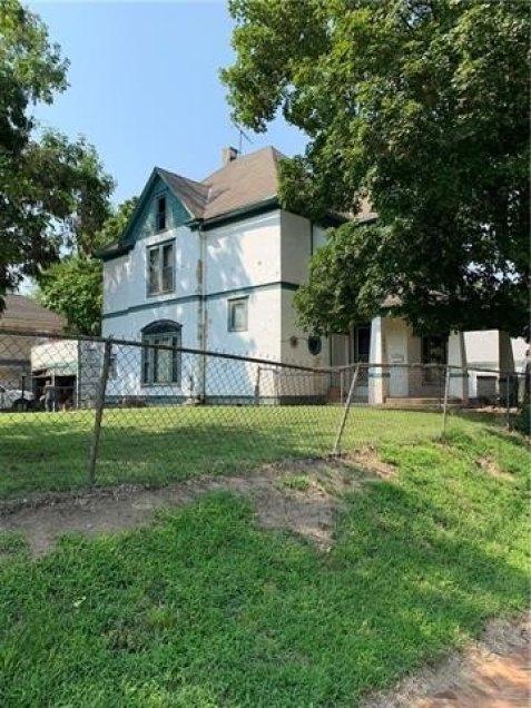 Yard featured at 1808 Dewey Ave, Saint Joseph, MO 64505