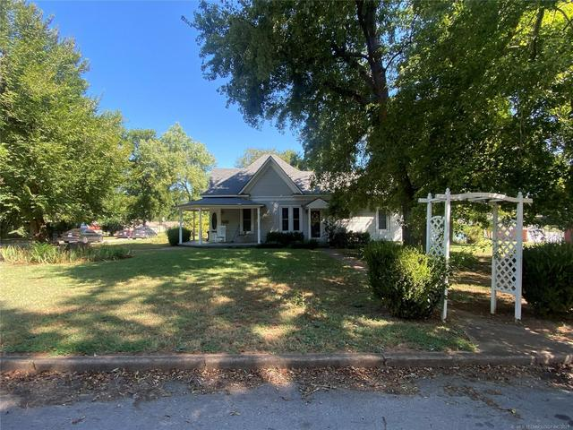 Yard featured at 111 S Rosehill Ave, Cleveland, OK 74020
