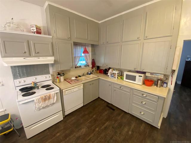 Kitchen featured at 111 S Rosehill Ave, Cleveland, OK 74020