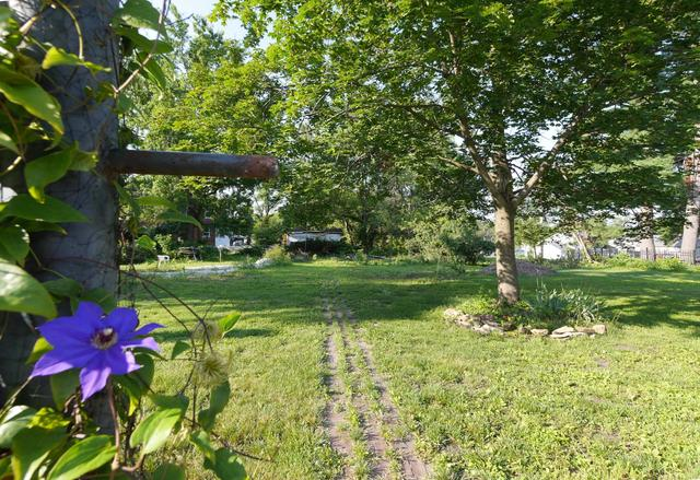 Yard featured at 605 S 5th St, Moberly, MO 65270
